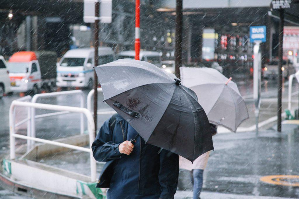 晴れた日も折りたたみ傘を携帯する探偵