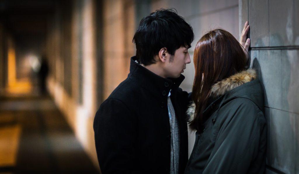探偵 東京 路上でキスする浮気夫・妻の浮気調査事例