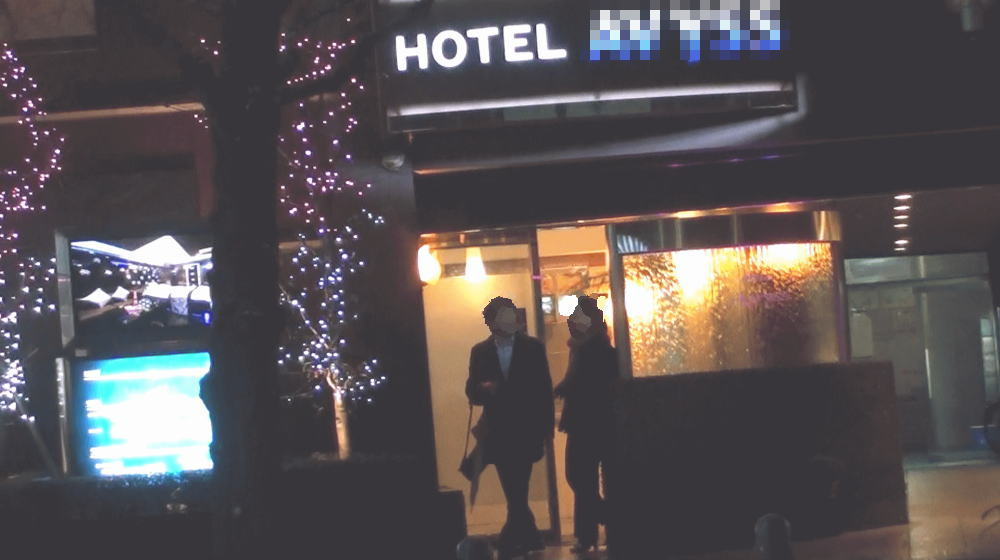 ラブホテルから出てくる瞬間を撮影