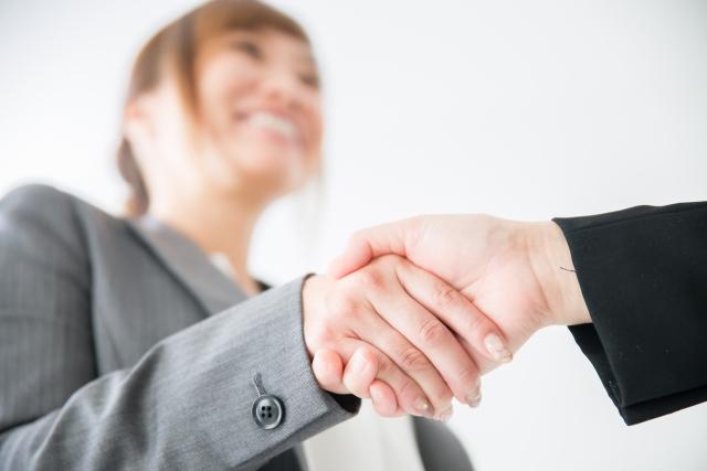 女性社員が同僚や部下の男性と不倫